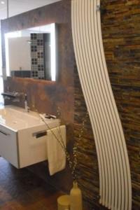 Der Anlagenmechaniker installiert auch Handtuchheizkörper