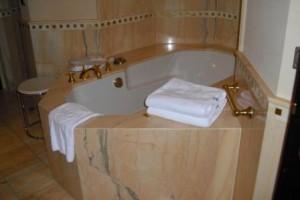 Vom Anlagenmechaniker eingebaute Luxus-Badewanne